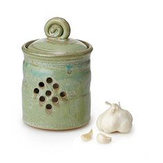 Keep your garlic fresh and flavorful in this charmingly handmade, stoneware keeper. Garlic Jar, How To Store Garlic, Pottery Designs, Pottery Ideas, Dyi, Pottery Tools, Pottery Studio, Ceramic Pottery, Ceramic Jars