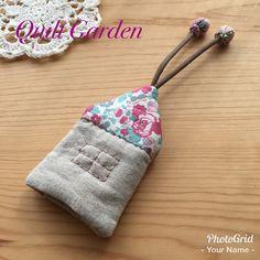**パッチワークで大人女子の毎日を彩る小物を作ります**リバティプリントをお屋根に使った、ハンドメイドのキーケース。キルト綿をはさんだふんわり仕上げです。クッションとなって、大事なバッグをキズから守ります。また、布製ですので本体は手洗い可能です。中につけ...