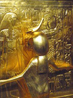 Gold cover on sarcophagus King Tut Ancient Egypt History, Ancient Egyptian Art, Ancient Aliens, Ancient Greece, Egyptian Kings And Queens, Egyptian Pharaohs, Egyptian Hieroglyphs, Archaeological Discoveries, Cairo Egypt