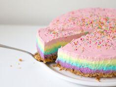 Als je indruk wil maken op je kind maak je deze regenboog cheesecake op de eerst volgende verjaardag. Het recept van de taart is zonder oven!