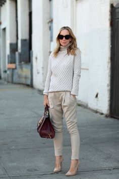 Daily New Fashion : Brooklyn Blonde - Stretch-woven Tapered Pants + Vince Cashmere Sweater + Burgundy Handbag. Fashion Pants, Look Fashion, New Fashion, Fashion Outfits, Womens Fashion, Street Style Blog, Casual Street Style, Casual Chic, Casual Wear