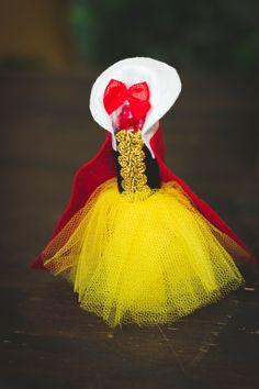 Tubete Branca de Neve com roupa <3 Snow White Birthday, Alice, Christmas Ornaments, Holiday Decor, Party, Carpet Runner, Cinderella, Snow White, Princesses