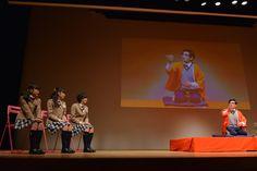 担任の森ハヤシの「反対俥」を聞く藤平華乃、岡崎百々子、倉島颯良。