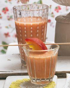 Smoothie mit Pfirsich: Samtige Haut verspricht nicht immer ein saftiges Fruchtfleisch. Pfirsiche deshalb besser vor dem Kauf probieren! Macht am besten gleich mehr Pfirsichcoulis - für den klassischen Cocktail Bellini mit Sekt oder Champagner.