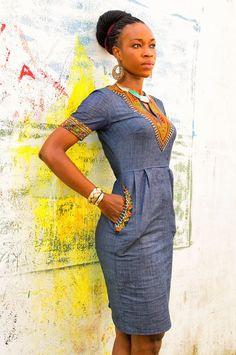 La ligne de vêtements «WAZOKA » continue d'émerveiller sa clientèle avec ses magnifiques collections confectionnées en pagnes et en tissus africains. La styliste propose des vêtements chics, glamour et pratiques avec sa collection Addis-Abeba. Mettons un accent sur la robe Addis-Abeba qui est en coton stretch, couleur jean disponible en S L M. C'est une robe fourreau avec des poches sur le coté et deux (2) plis plats au niveau de la taille pour l'aisance. Découvrez plus de collection…