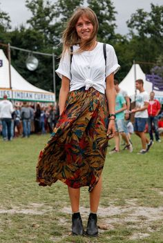white t shirt street style knotted t-shirt floral maxi skirt festival fashion boho Fashion Mode, Look Fashion, Denim Fashion, Fashion Outfits, Fashion Tips, Trendy Fashion, Gypsy Fashion, Fashion Vintage, Korean Fashion