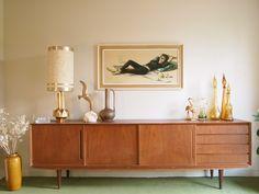 Le Strict Maximum: Le salon (I). Mid Century Modern Bedroom, Mid Century Modern Furniture, Credenza Decor, Interior Styling, Interior Design, Mid Century Sideboard, Cube Design, Living Room Tv, New Room