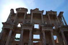 Biblioteca de Celso. Llamada así porque fue erigida en honor de Tiberio Julio Celso Polemeano, procónsul de Asia, por su hijo en el año 110 d.C.  La biblioteca fue construida encerrada entre otros edificios, siendo sólo visible al exterior la fachada, situada frente a una pequeña plaza.La biblioteca se mantuvo en funcionamiento hasta el año 262 d.C., año en el que se produjo la invasión de los godos. La bilblioteca fue incendiada, conservándose únicamente el muro frontal. Efeso. Turquía