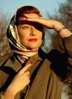 Vintage Hairstyles Retro The scarf that reminds us of our grandmother and the accessory that have worn fashion How To Wear Hijab, How To Wear Scarves, 1950s Style, 1950s Fashion, Vintage Fashion, Hit Girl, Photographie Portrait Inspiration, Hijab Fashion, Fashion Outfits