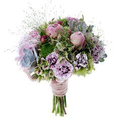 Shopping novias vestido campestre y brillante: bouquet de Verde Pimienta.  Bouquet compuesto por peonías, clavelinas, viburnum..., de Verde Pimienta (ver precio).