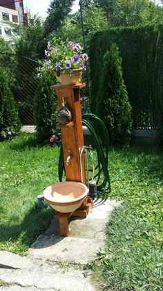 Pallet style garden fountain with pot basin and hose holder. Own project. - All For Garden Backyard Projects, Outdoor Projects, Backyard Patio, Garden Projects, Backyard Landscaping, Wood Projects, Outdoor Decor, Water Hose Holder, Garden Hose Holder
