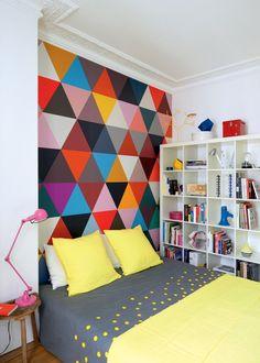 Une chambre en couleurs aux motifs géométriques