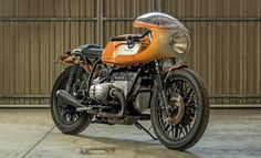 This tasteful, and dare we say it, practical BMW scrambler/brat custom from Cafe Racer Dreams was amazingly turned around in four. Bmw Cafe Racer, Moto Cafe, Cafe Bike, Cafe Racer Motorcycle, Motorcycle Design, Cafe Racers, Custom Bmw, Custom Bikes, Bmw Classic