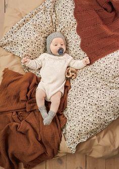 Oppskrifter - Baby - Strikke - Norsk - Sandnes Garn Butterfly Dress, Butterfly Pattern, Zig Zag Pattern, Knee Socks, 2 Colours, Knit Cardigan, Knit Crochet, Dresses For Work, Teddy Bear