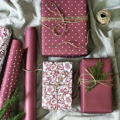 Christmas Present Wrap, Christmas Gift Wrapping, Holiday Gifts, Christmas Rose, Christmas Crafts, Gift Wrapping Techniques, Motifs Roses, Present Wrapping, Elegant Gift Wrapping