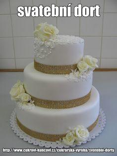 bílý dort se zlatými ozdobami