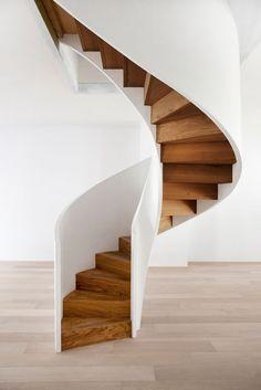 A escada caracol precisa ter itens de segurança para você não ter problemas. Spiral Stairs Design, Spiral Staircase, Staircase Design, Small Space Interior Design, Interior Design Living Room, Interior Stairs, Interior Architecture, Stairs To Heaven, Flur Design