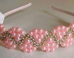 Tiara de perolas Wire Jewelry, Bridal Jewelry, Beaded Jewelry, Pony Bead Crafts, Hair Decorations, Pony Beads, Jewelry Patterns, How To Make Bows, Diy Hairstyles