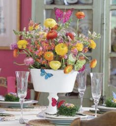 Un bonito arreglo floral le añade un toque de frescura a un espacio. Tanto los arreglos florales como los centros de mesa, compuestos por flores y frutas crean un ambiente natural, complementando la decoración de una estancia. A continuación veremos una serie de propuestas sumamente coloridas para adornar algún rincón de la casa con arreglos …