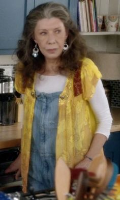 Identify clothing, style and locations from Grace and Frankie Season Yellow blouse over overalls. All Fashion, Boho Fashion, Fashion Outfits, Frankie Clothing, Yellow Blouse, Bohemian Mode, Hippie Outfits, Dress For Success, Pretty Outfits