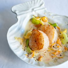 Scallops and cream with citrus peel - delphine reb - - Saint-Jacques et crème aux écorces d'agrumes Scallops and creams with citrus peel Fish Dishes, Seafood Dishes, Fish And Seafood, Fish Recipes, Seafood Recipes, Cooking Recipes, Healthy Recipes, Healthy Drinks, Coquille Saint Jacques