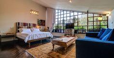 שלושת החדרים החדשים ב''ורסנו'' שבנווה צדק עוצבו בסגנון עשיר וחם: בד רקום בסגנון אינדיאני בגב המיטה, ספת ג'ינס עם תיפורים בולטים מעור, פרקט עץ כהה ושטיח קילים ( צילום: איתי סיקולסקי )