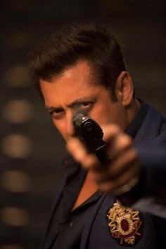 Salman Khan unveils his 'Race 3' look - Social News XYZ