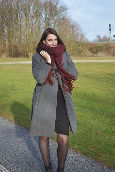 Vandaag is het flink koud buiten. Daarom vandaag een leuke stijlvolle outfit waarmee je gewoon de kou kunt trotseren. Ik combineerde vandaag een nette jurk met een heerlijke sjaal. Het fijne aan deze outfit is dat het classy is, maar ook geschikt voor de kou. Je kunt dus ook onder het vriespunt gemakkelijk wat netter voor de dag komen! JURK:…