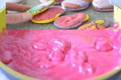 Fruchtige, lecker cremige Ganache aus weißer Kuvertüre, Himbeermark und Himbeerpulver. Als Füllung für Macarons, Torten oder als Topping für Cupcakes.