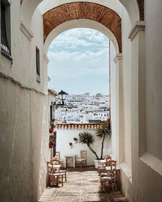 """Isma H.V. on Instagram: """"La judería ✨"""" City Photography, Old City, Spain Travel, Beautiful Places, Table Decorations, World, Summer, Instagram, Traveling"""