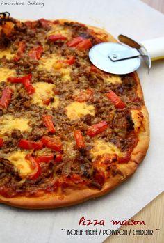 Pizza au boeuf haché, poivron et cheddar - 1 pâte à pizza (prête à l'emploi ou maison), 250g de bœuf haché, 1 oignon, 1 poivron rouge, 20cl de sauce tomate (1 pâte à pizza (prête à l'emploi ou maison), 80g de cheddar, sauce barbecue, sel et poivre
