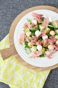Als ik iets echt lekker vind in de zomer is het wel een salade van meloen en ham, dat is echt iets waar je me wakker voor kunt maken. De meloenen zijn op dit moment weer fijn geprijsd dus vond het …