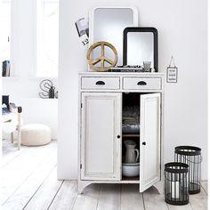 Vertiko nennt man vertikal ausgerichtete Kommoden mit zwei Türen und darüberliegenden Schubladen.