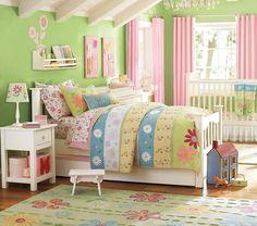 cama blanca en el dormitorio infantil