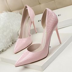 Snake skin design heel perfect for an evening out. Available in 7 colors.