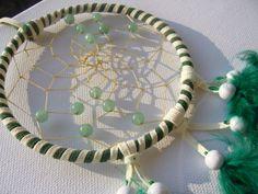 Grüner Aventurin im grün weißen Traumfänger von Traumnetz-com :  Traumfänger, Schmuck, Bilder auf DaWanda.com