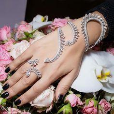 Sartoro - Plume palm bracelet with diamonds Hand Jewelry, Cuff Jewelry, Body Jewelry, Wedding Jewelry, Beaded Jewelry, Jewelry Accessories, Jewelry Design, Silver Jewellery, Wedding Ring