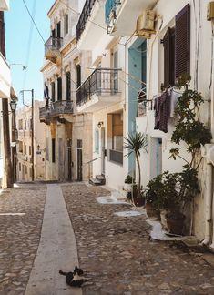 Alley in Mykonos island, Cyclades, Greece Greek Islands To Visit, Best Greek Islands, Greece Islands, Syros Greece, Santorini Greece, Athens Greece, Santorini Travel, Mama Mia, Paros Island