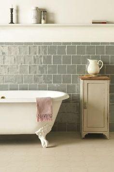 Bekijk de foto van SiendeWit met als titel Mijn favoriete badkamer. Prachtig met die grijze tegels en het bad op pootjes! en andere inspirerende plaatjes op Welke.nl.