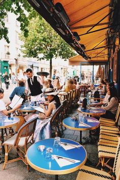Coffee time in Paris by Joanna Lemanska (@MissCoolpics) on Twitter.