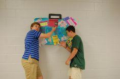 Connor y Ballard están haciendo el caza de tesoro para un juego de la semana internacional.