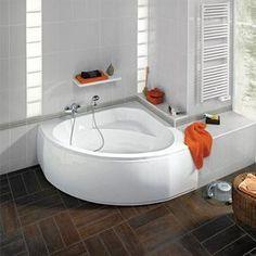 Une petite baignoire d'angle, une bonne idée pour gagner de la place dans la salle de bain.