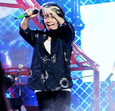 GIF of Harry trying to draw attention to his tablecloth shirt Harry Edward Styles, Harry Styles, One Direction, Where We Are Tour, Holmes Chapel, Best Song Ever, Funny Sexy, Reasons To Smile, 1d And 5sos