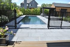 Une longue et étroite piscine creusée. Cette aménagement paysager est très moderne par l'intégration de grandes dalles au fini lisse. Pool Deck Plans, Backyard Plan, Backyard Pool Landscaping, Swimming Pools Backyard, Pool Fence, Swimming Pool Designs, Stone Around Pool, Fence Design, Stone Tiles