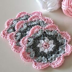 Een gratis Nederlands haakpatroon van leuke onderzettertjes in lieve kleurtjes. Wil jij ook leuke onderzettertjes haken? Lees dan verder over het patroon... Crochet Coaster Pattern, Crochet Doily Patterns, Granny Square Crochet Pattern, Crochet Motif, Crochet Stitches, Crochet Edgings, Crochet Mandala, Crochet Cross, Love Crochet