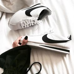 NIKE Women's Shoes - Sneakers women - Nike Cortez (©allorafashion) - Find deals and best selling products for Nike Shoes for Women Nike Free Shoes, Nike Shoes Outlet, Running Shoes Nike, Shoes Sport, Zara White, Nike Classic Cortez Leather, Sneaker Store, Shoes 2018, Nike Free Runners