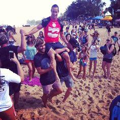 Aritz Aranburu lleva a hombros a Travis Logie, al retirarse del surf en el Pipe Masters. Playa de Pipeline. North Shore de Oahu, Hawaii