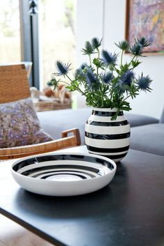 Vi venter og venter. Ikke bare på våren. Vi venter også på varer fra Kahler. Det kommer vaser, en skål og kule lysestaker. Så fi...