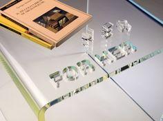 Il design che ha qualcosa da dire… È l'ironica presentazione della giocosa collezione in metacrilato trasparente Vox Mobili, proposta da Lettera G.