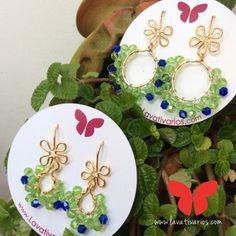 Zarcillos Mini Gitanos con flor.  #piedras #cristales #handmade #bañadosenoro #orafo #jewelry #earrings #zarcillos #aretes  #metalsmith #metalwork #Lavativarios  #OrgullosamenteDiseñadosenVenezuela   Info: www.lavativarios.com Info@lavativarios.com